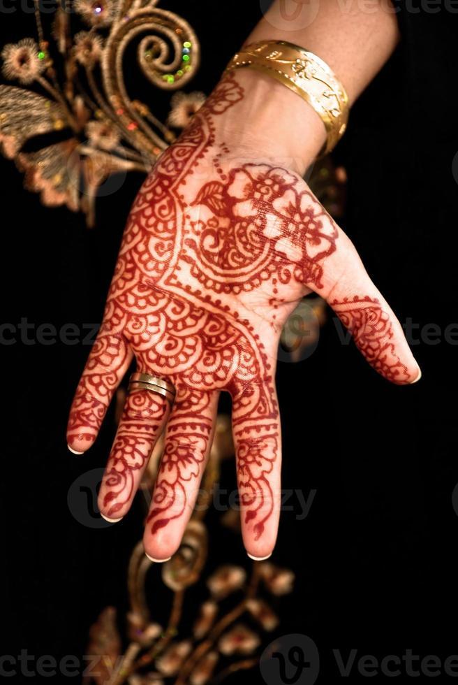 beau henné, mehendi sur la main de la mariée photo