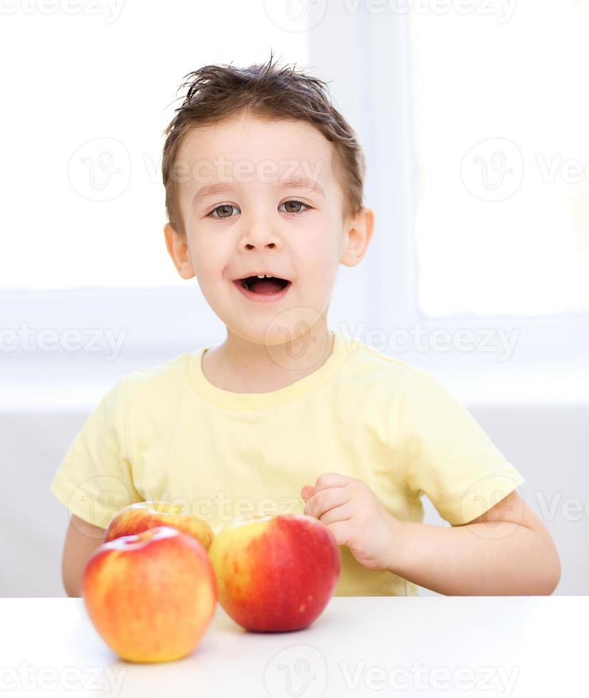 portrait, de, a, heureux, petit garçon, à, pommes photo