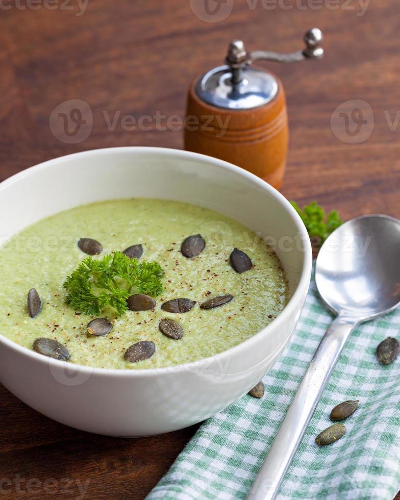 soupe à la crème de brocoli vert maison servie dans un bol blanc photo