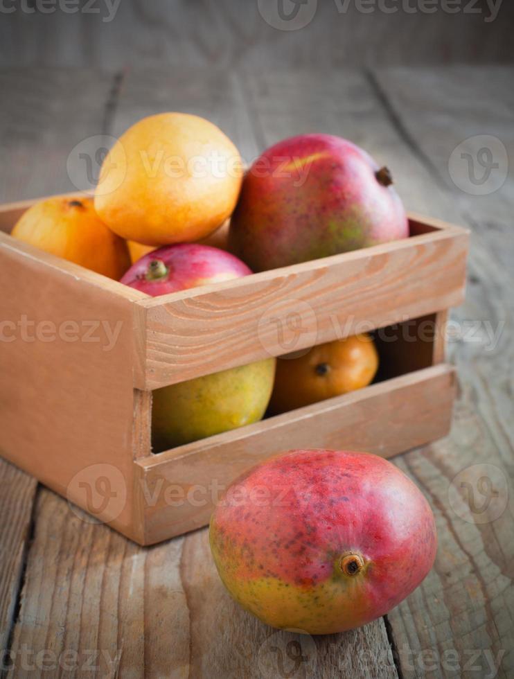 mangue fraîche dans une boîte en bois photo