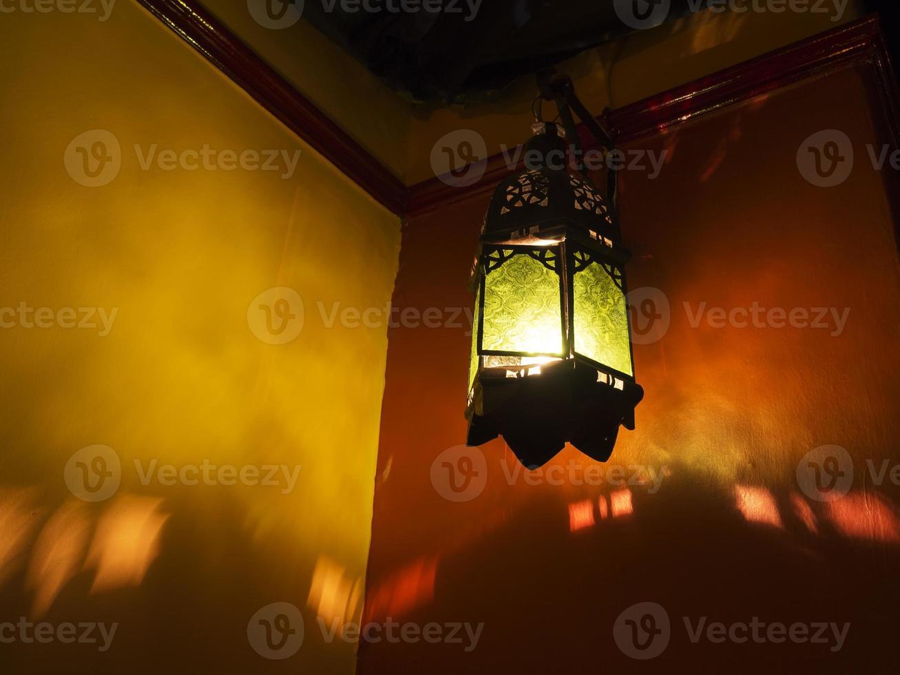 lanterne exotique moyen-orientale de style marocain projetant des ombres photo