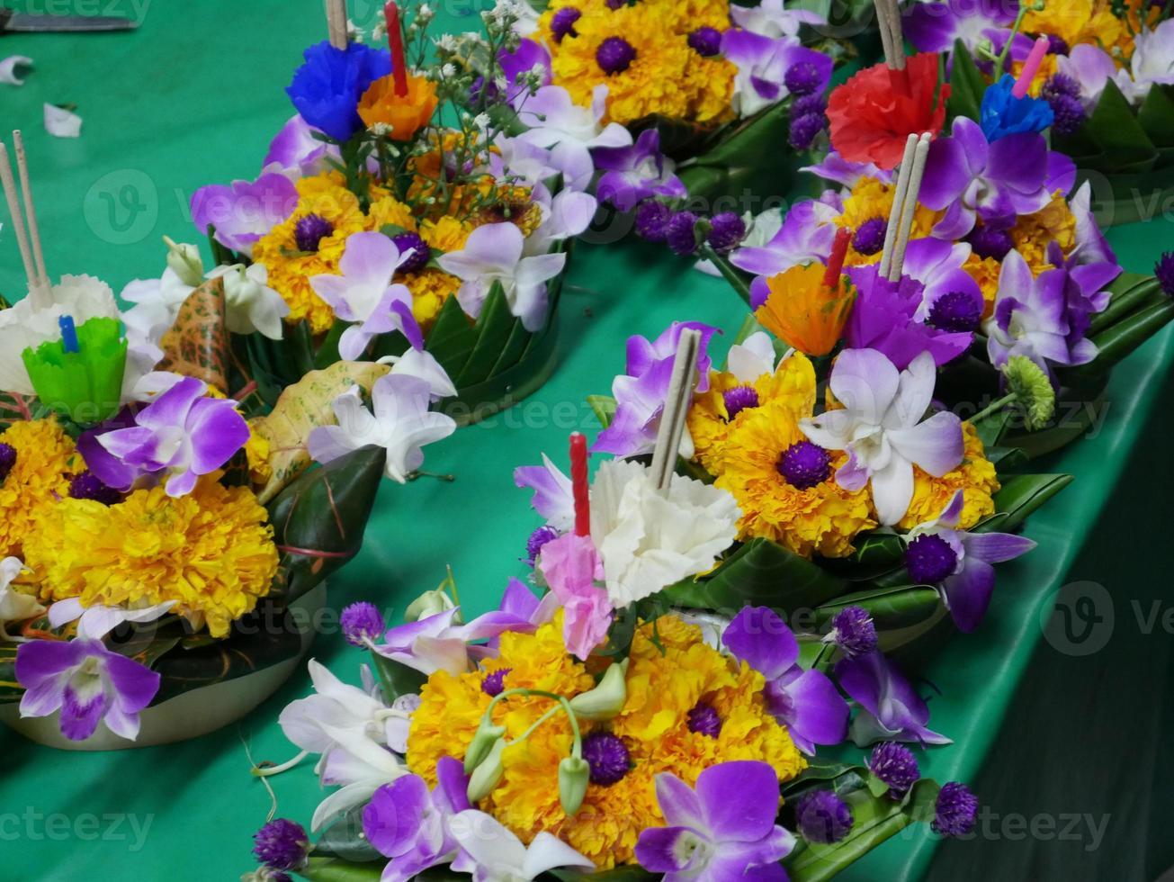 krathongs flottants utilisés pour célébrer pendant le festival loy krathong photo