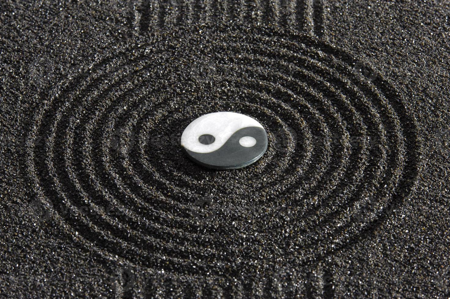 Symbole du yin et du yang au centre du jardin zen japonais photo