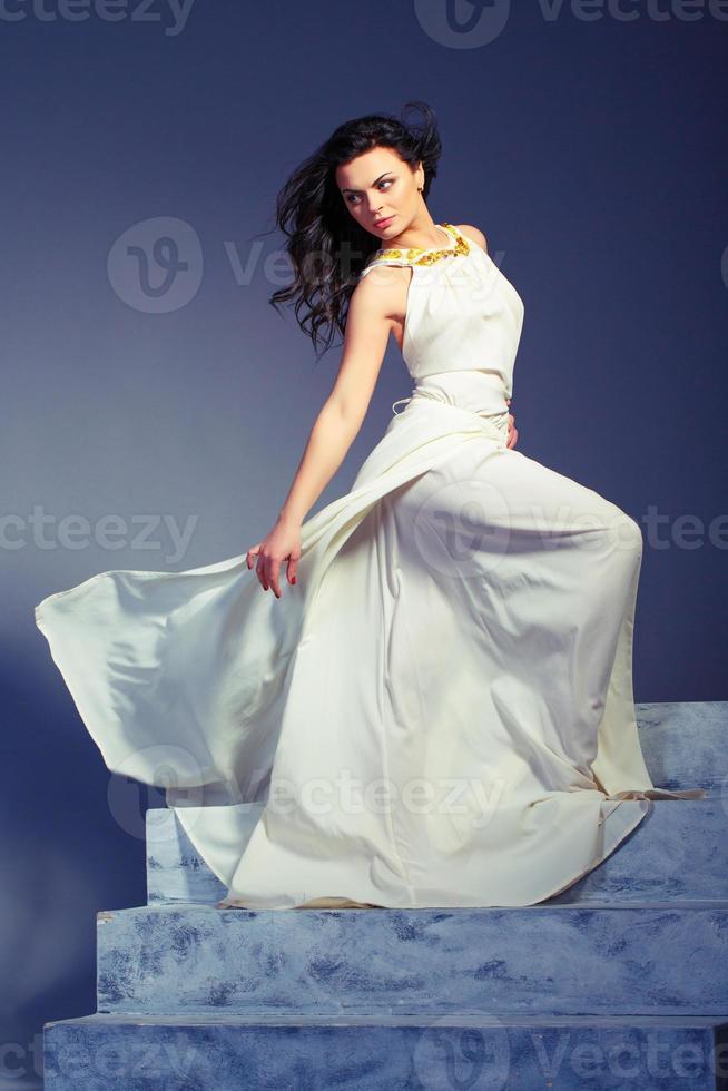belle jeune femme en robe d'été blanche photo