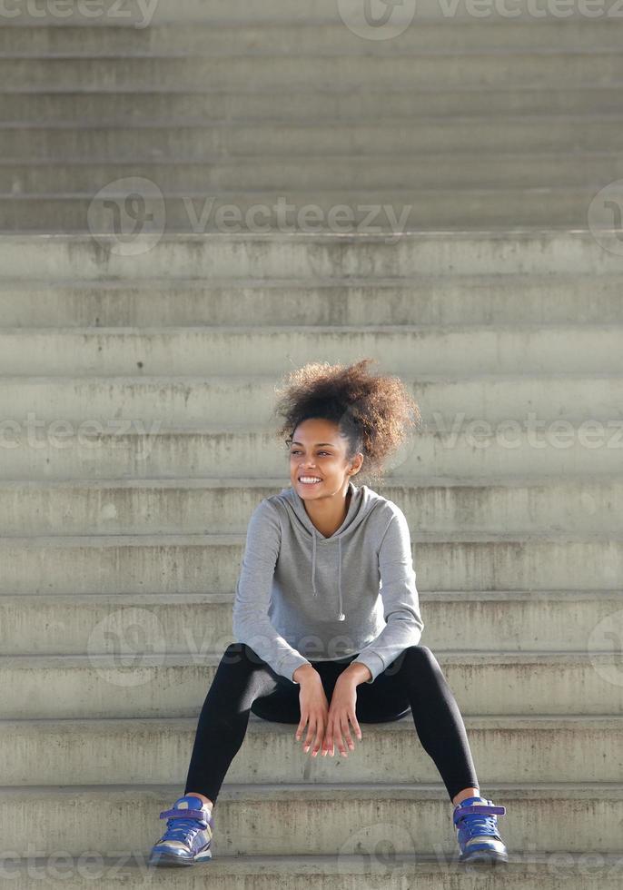 heureux, jeune, sports, femme, séance, étapes, Dehors photo