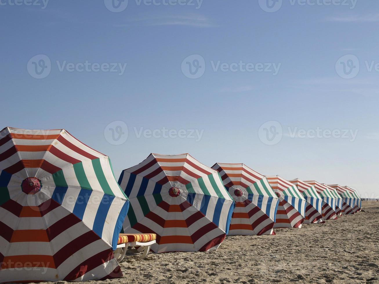 parasols avec espace libre au-dessus. photo