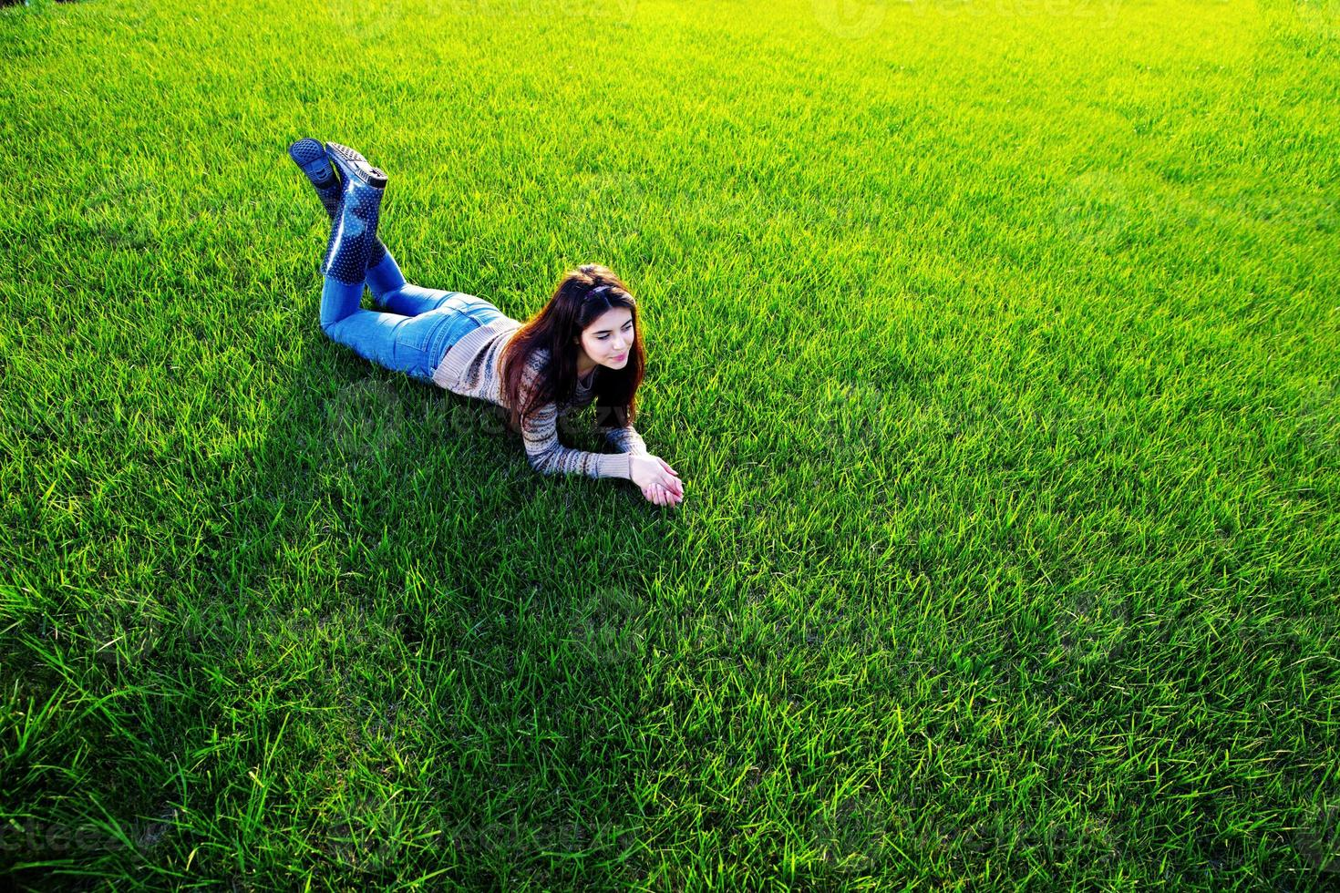 femme heureuse, coucher herbe verte photo