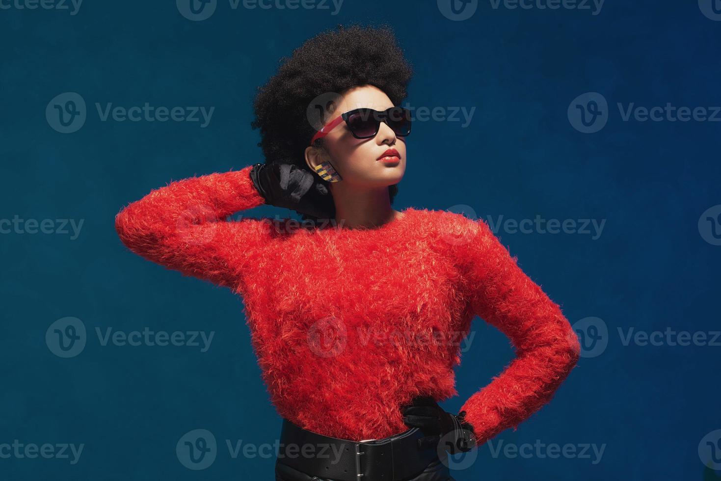 femme pose en tenue à la mode avec des lunettes de soleil photo