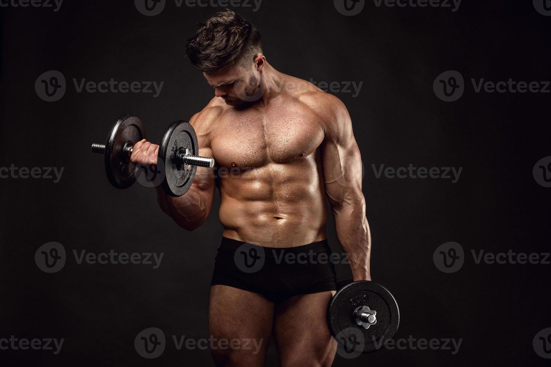mec musclé bodybuilder faire des exercices avec des haltères photo