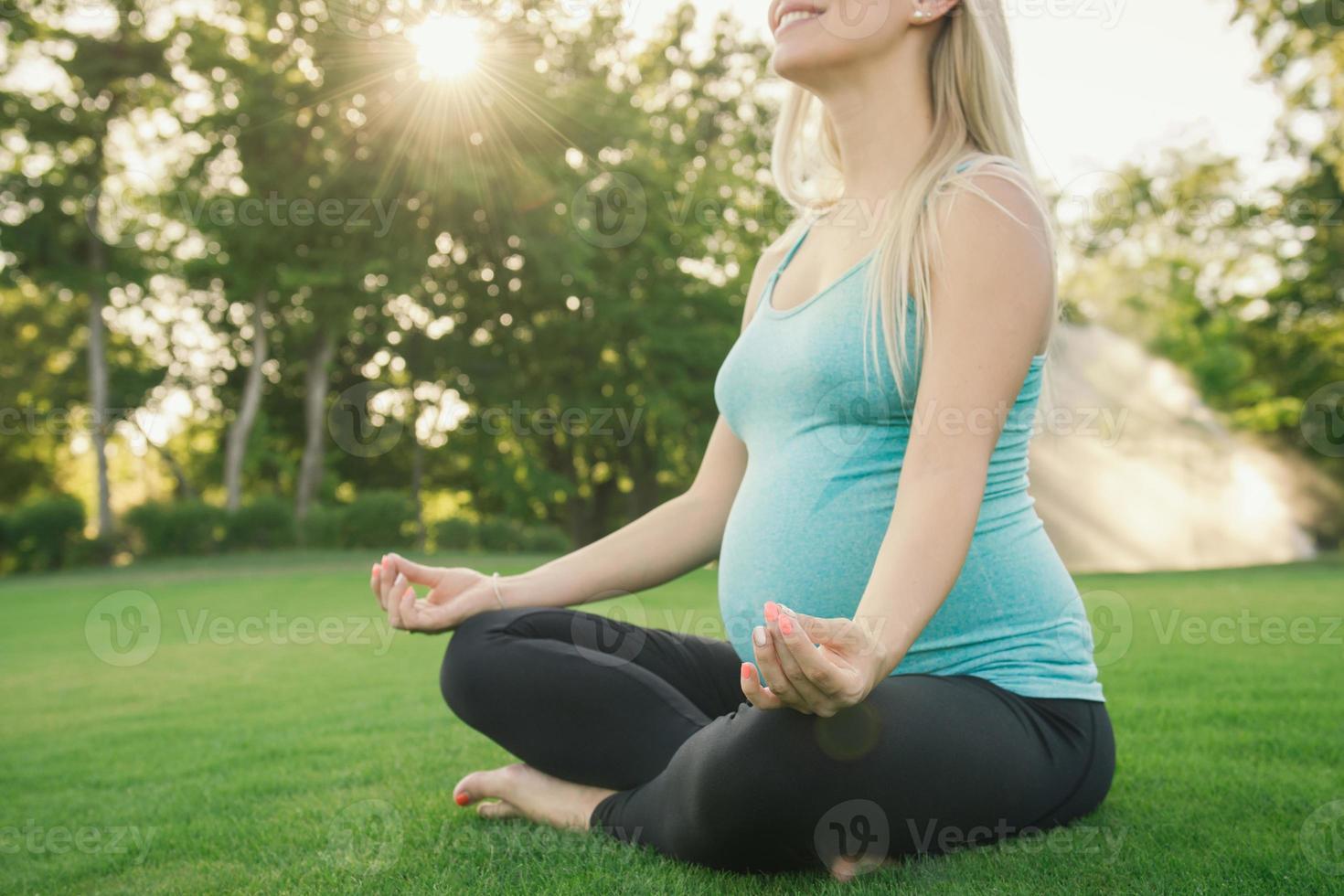 femme enceinte, faire des exercices de yoga sur la nature photo