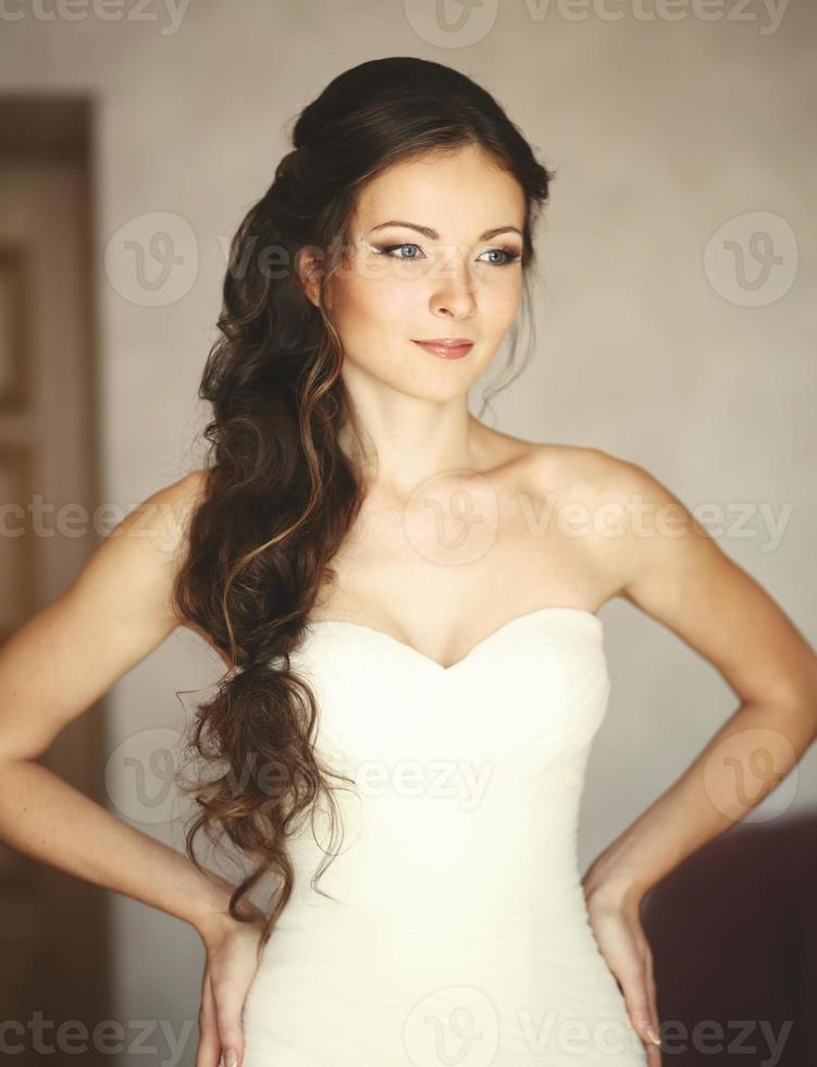 jeune mariée caucasienne à la maison photo