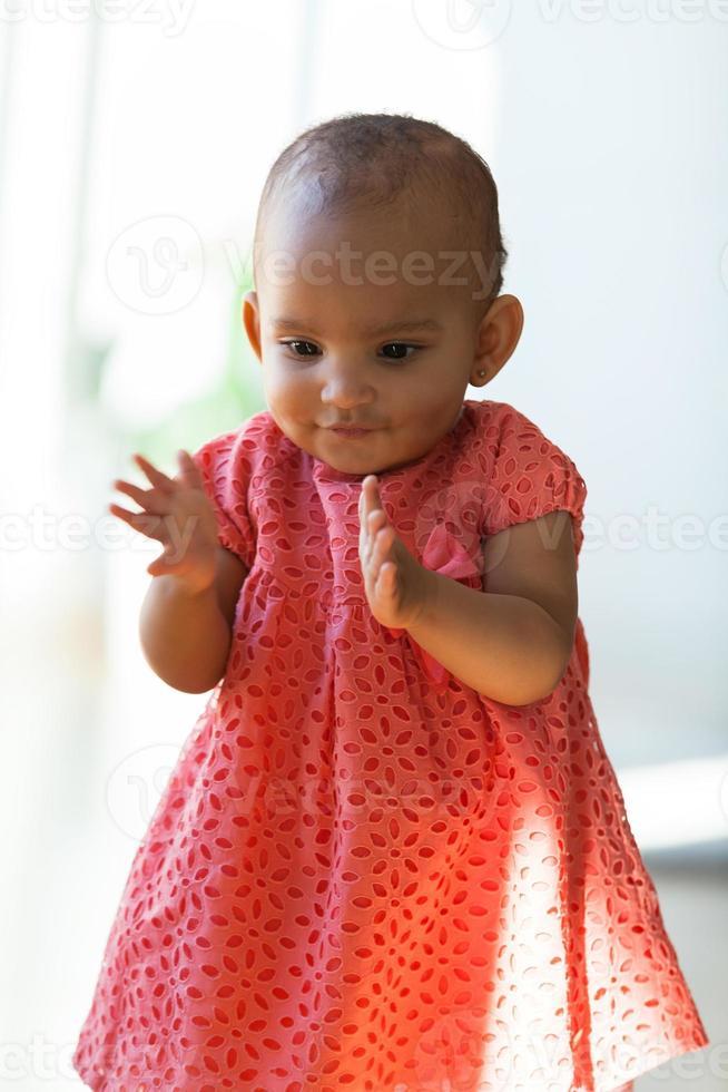 Portrait de petite fille afro-américaine souriante - noir photo