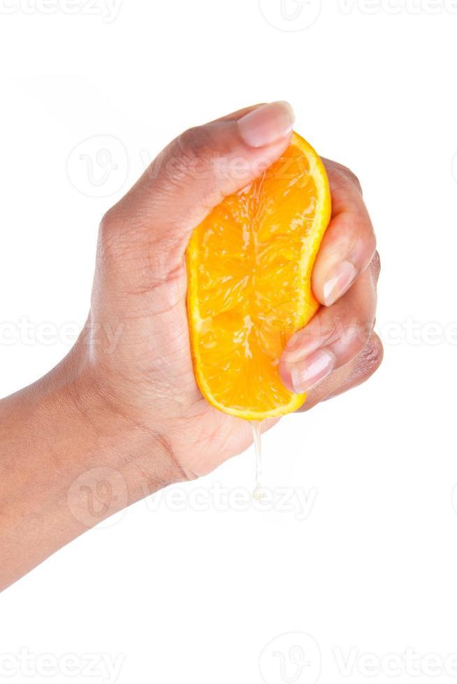 main afro-américaine, serrant une tranche d'orange photo