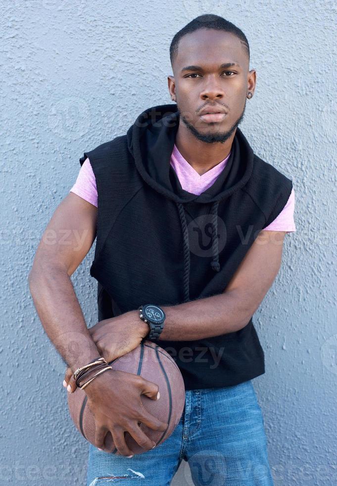cool jeune homme afro-américain tenant le basket photo