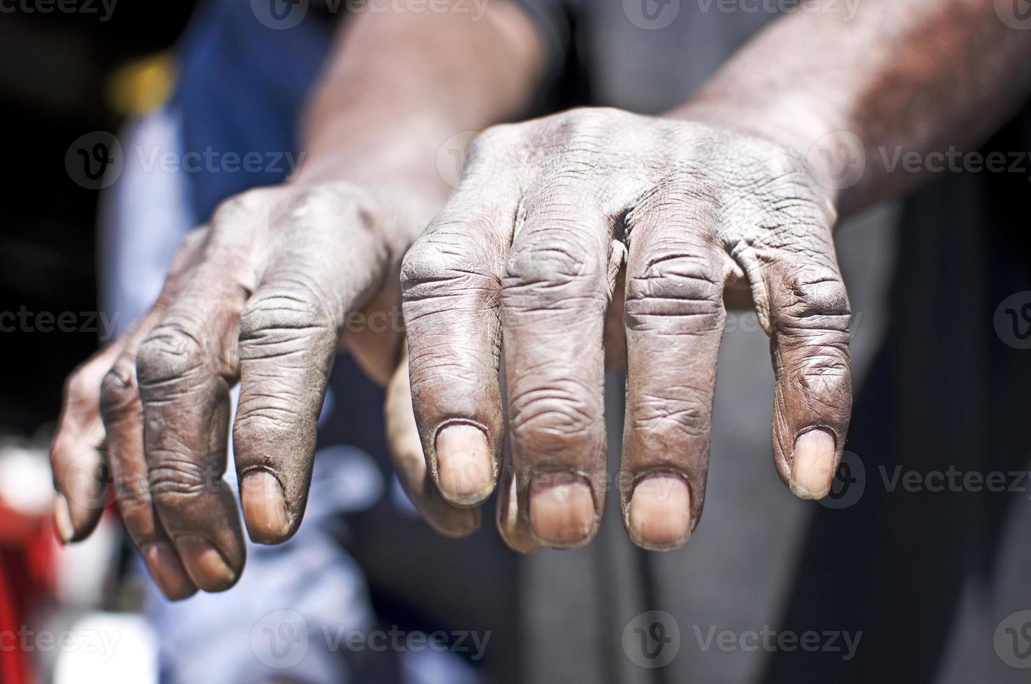 les mains du vieil homme travaillant photo