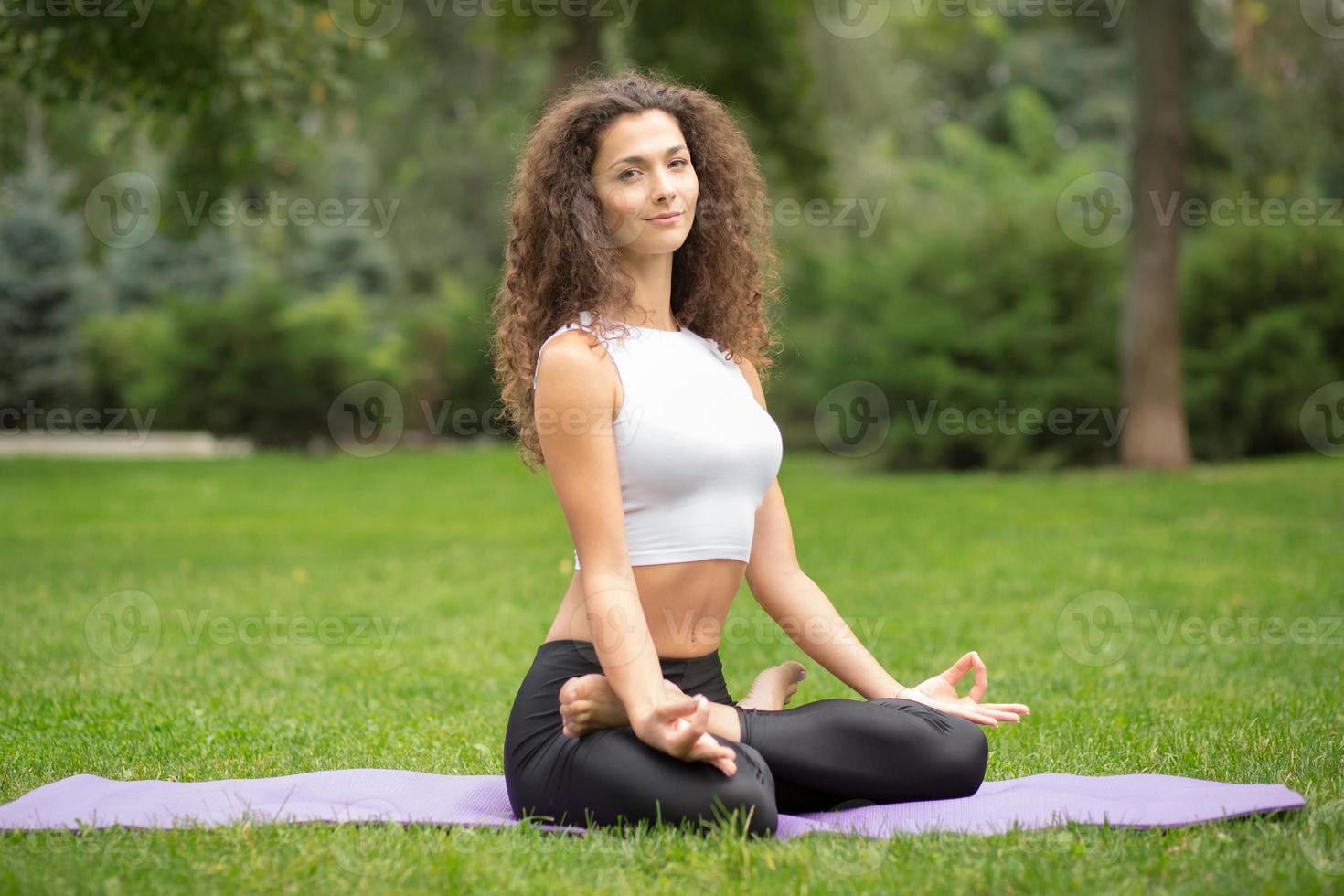 jolie femme faisant du yoga méditation en position du lotus photo