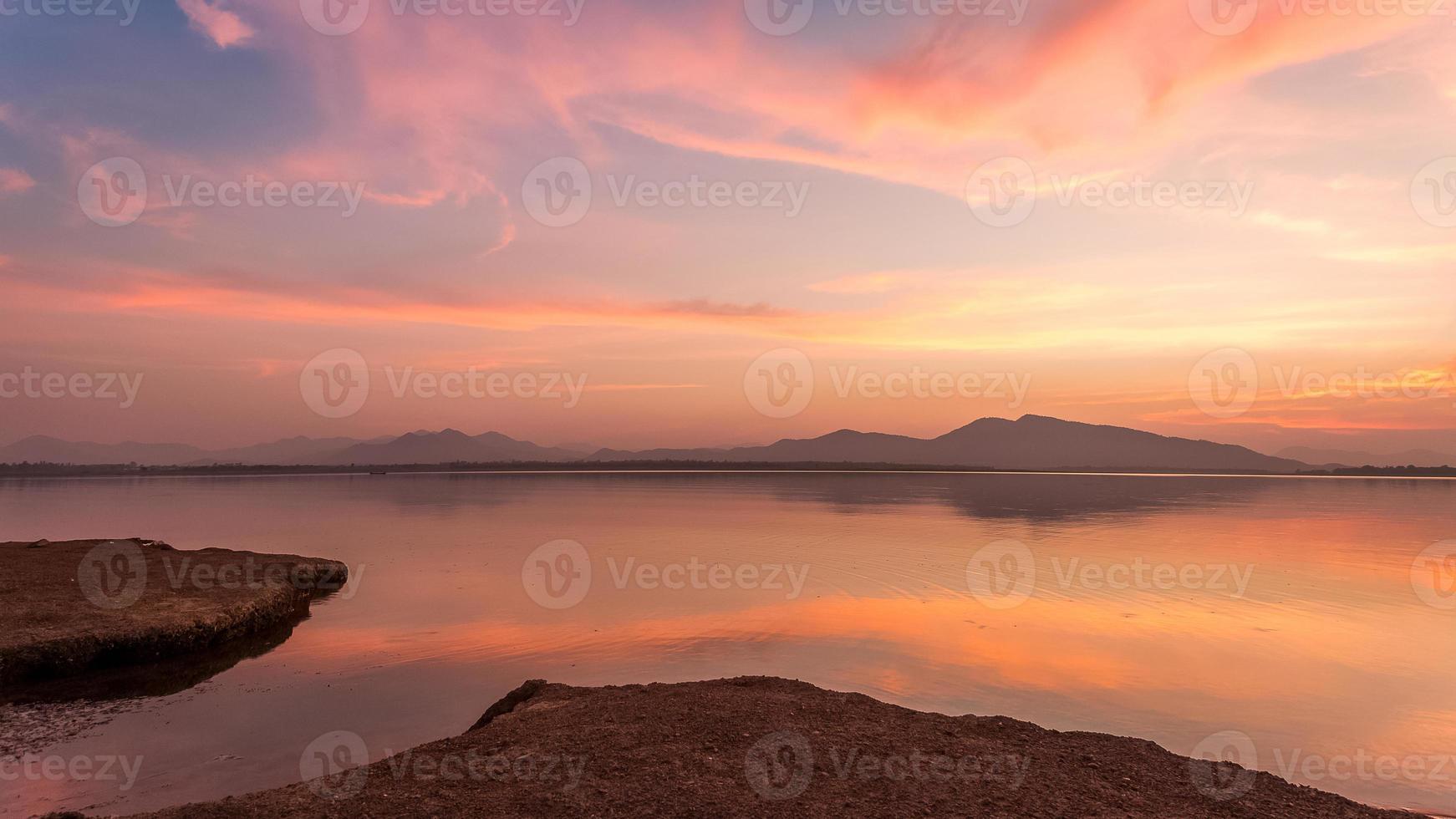 crépuscule sur un lac de montagne photo