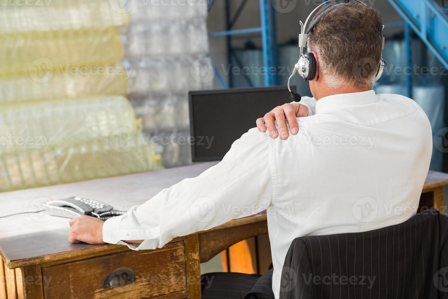 vue arrière du responsable de l'entrepôt à l'aide d'un ordinateur photo