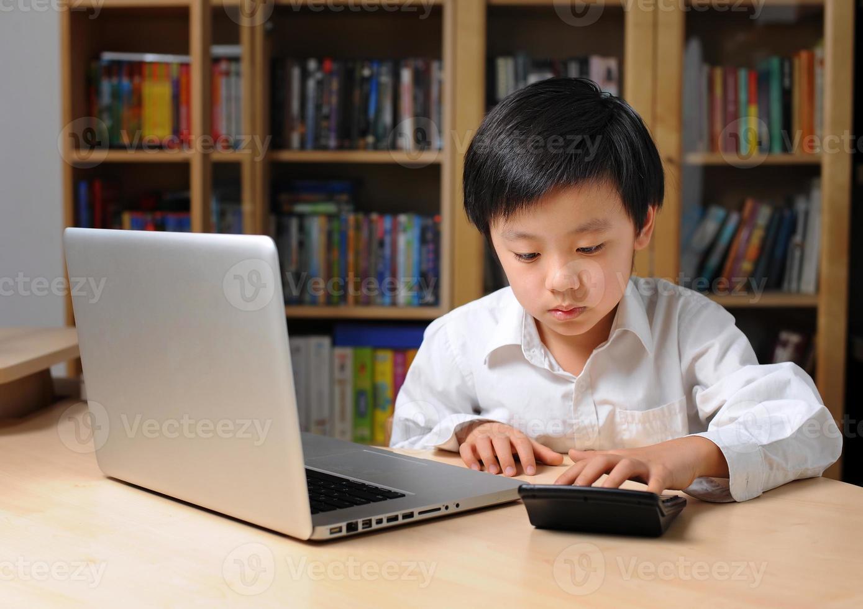 garçon asiatique, devant, ordinateur portable photo