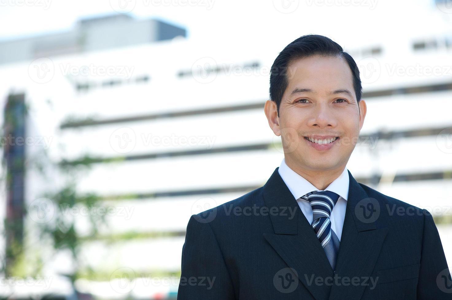 homme d'affaires asiatique souriant photo