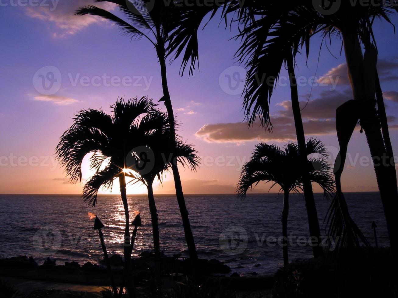 Coucher de soleil torche hawaïenne tiki torche, maui photo