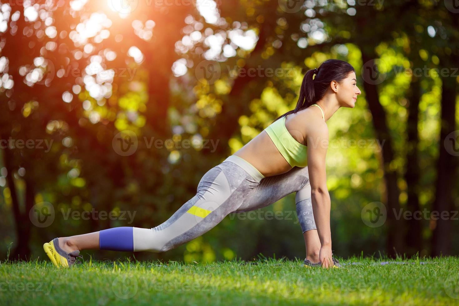 femme faisant des exercices de fitness dans le parc photo