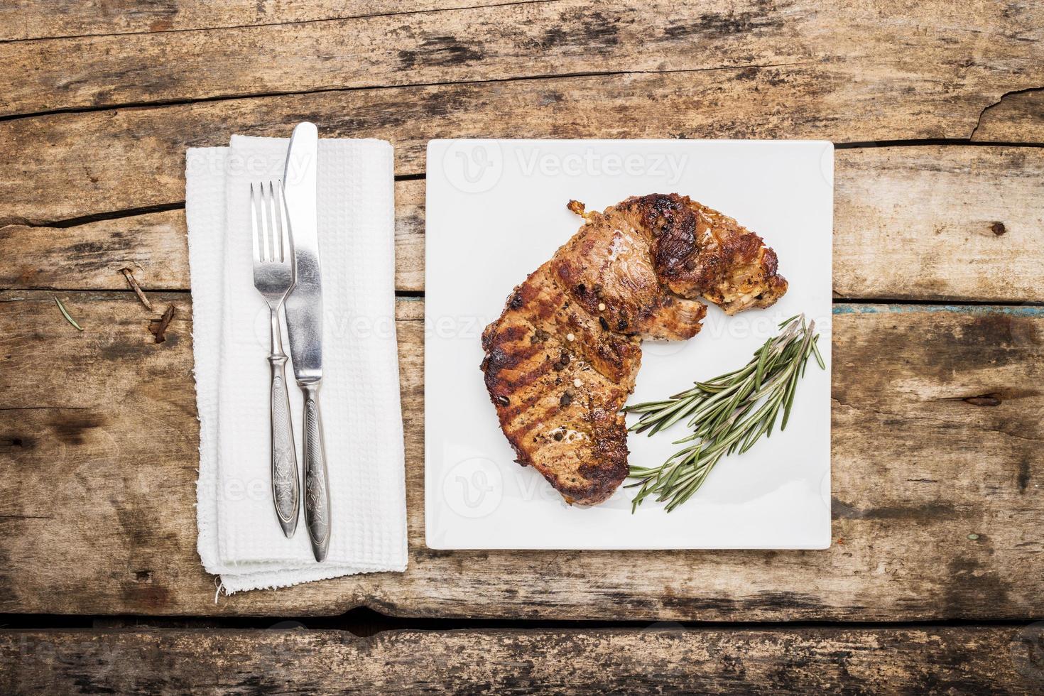 Steak de bœuf grillé décoré de bouquet de romarin photo