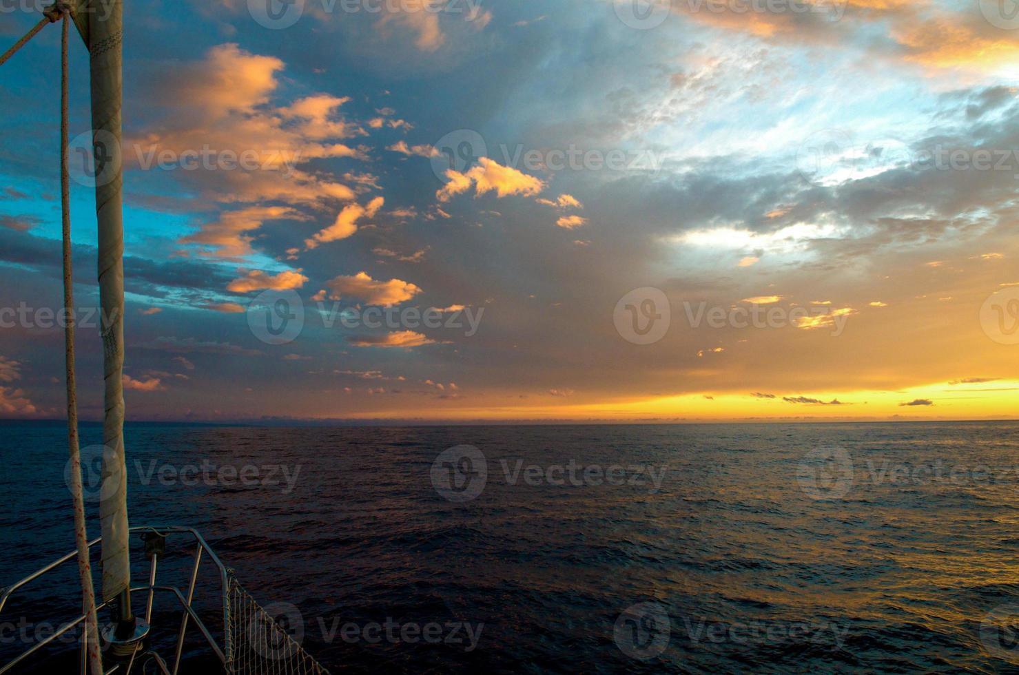 coucher de soleil spectaculaire de la proue d'un voilier maui, hawaï. photo