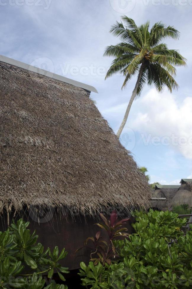 Maisons polynésiennes traditionnelles dans les îles Cook de la lagune d'Aitutaki photo