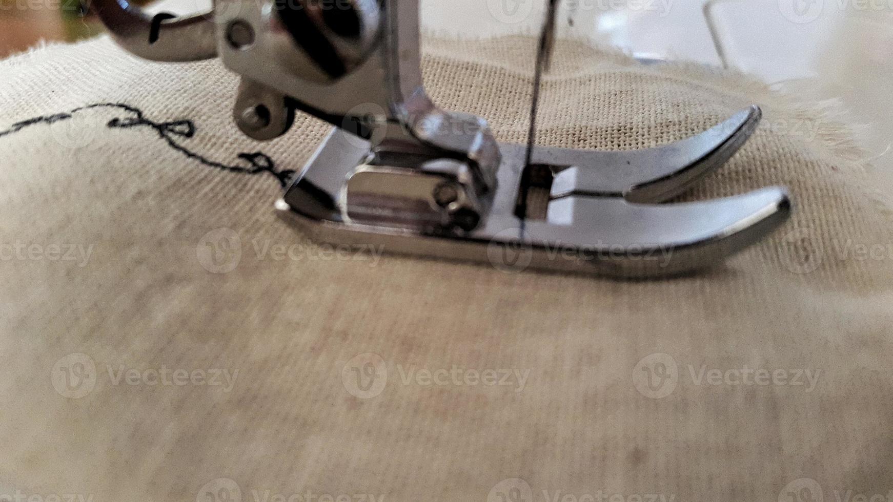cosiendo tela photo