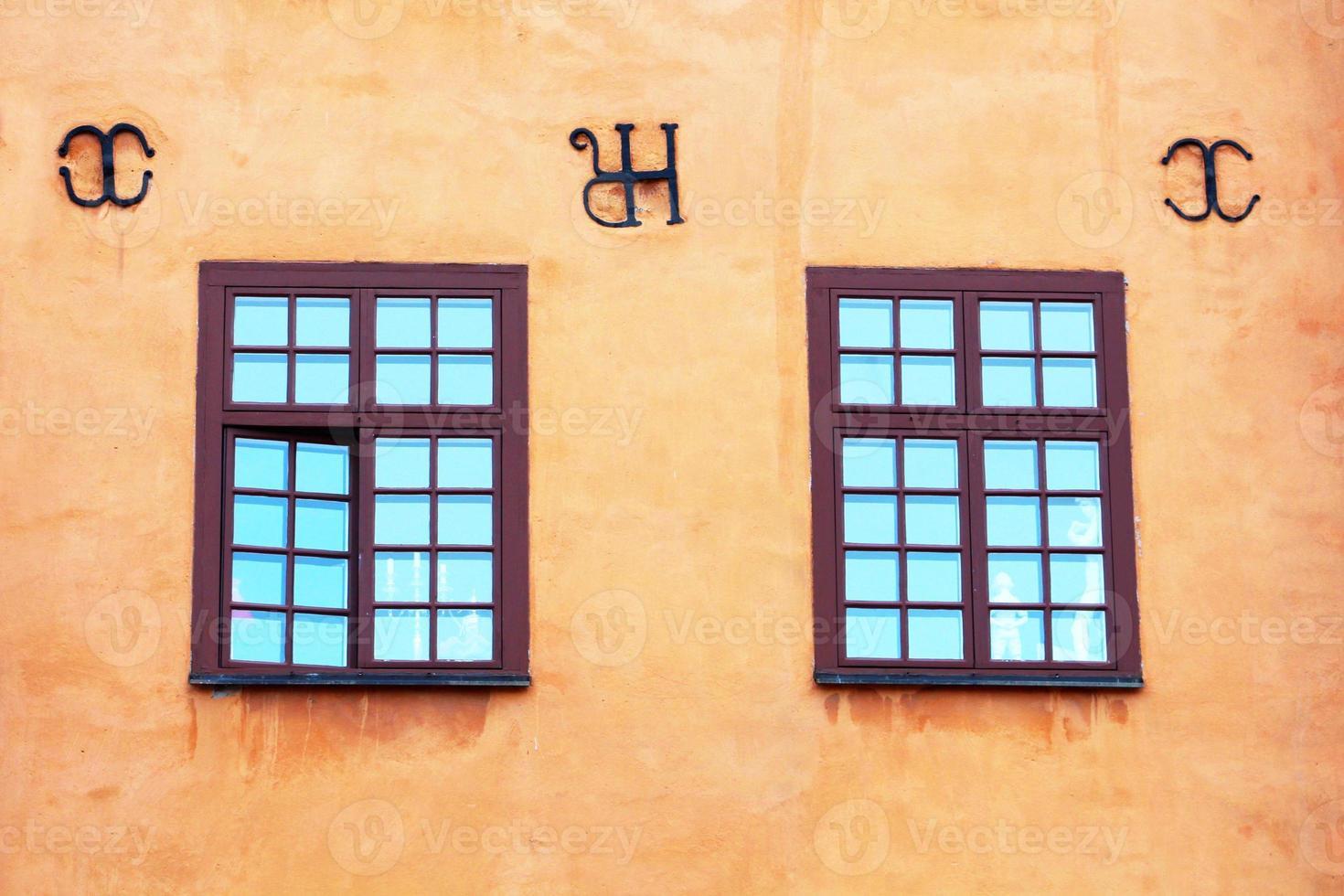 Fenêtres de bâtiments emblématiques jaunes sur Stortorget à Stockholm, Suède photo