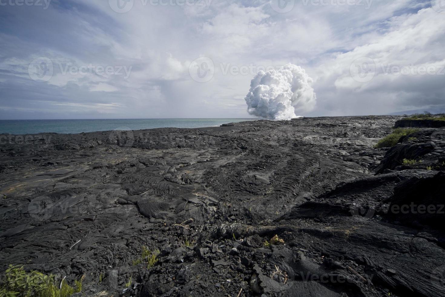champ de lave vue de nuage de vapeur photo