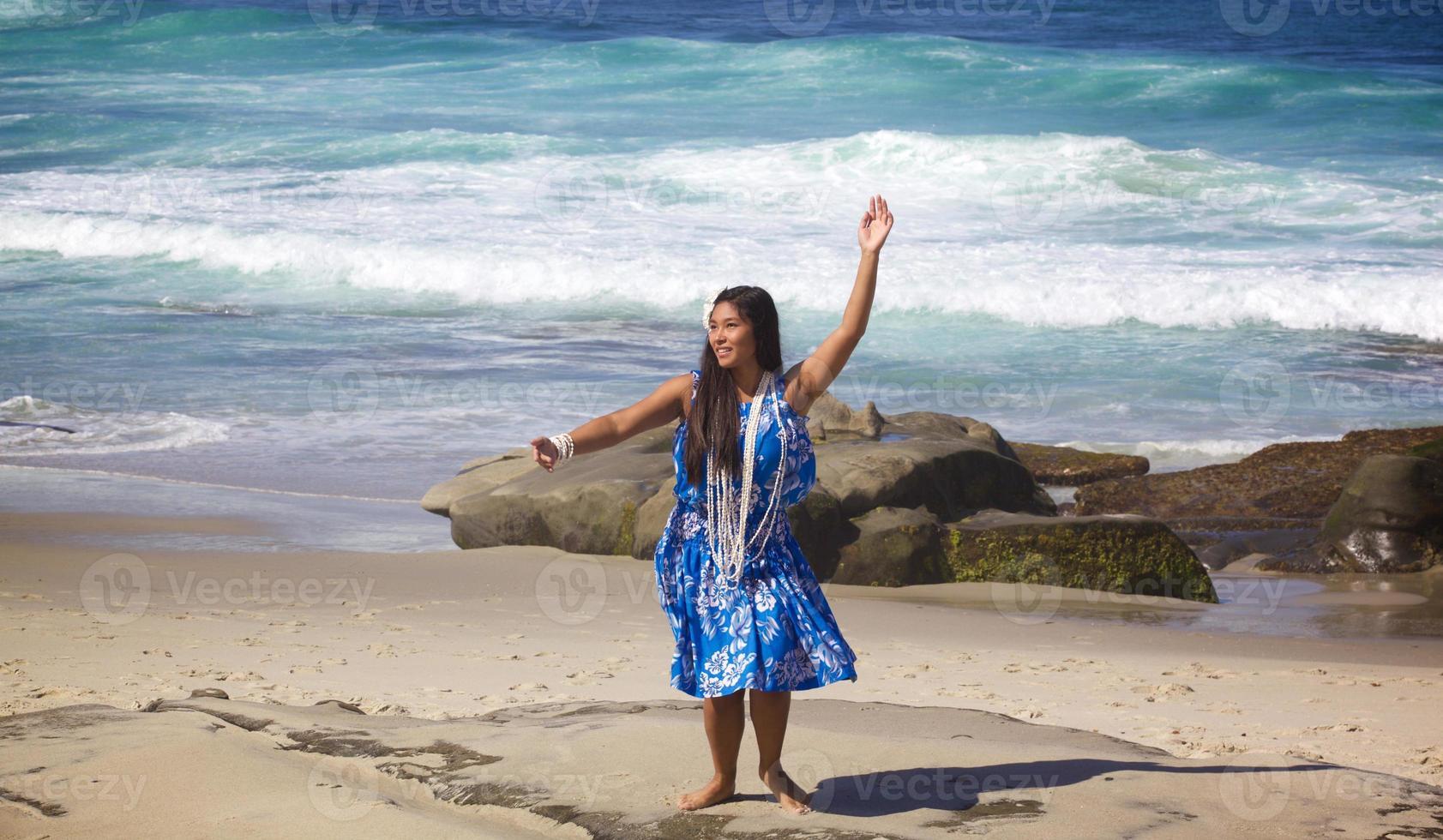 Teenage hula dancer sur une plage déserte photo