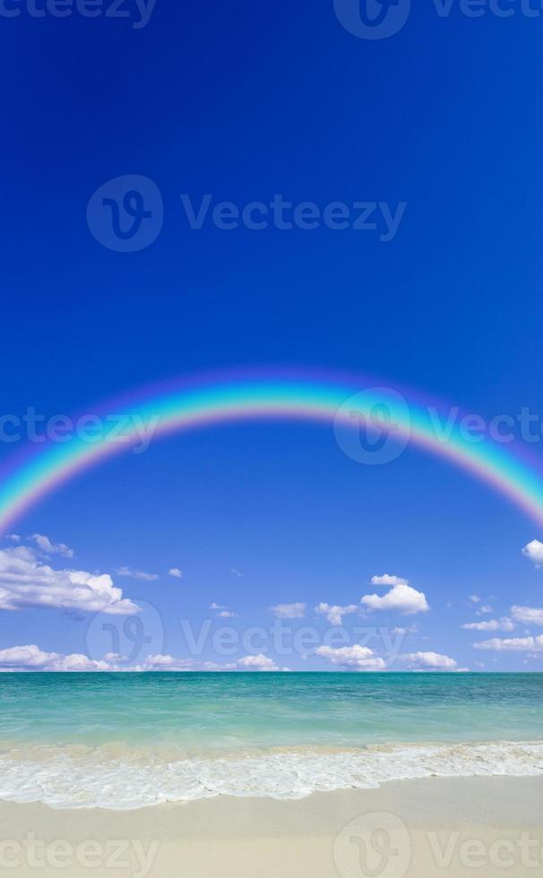 plage avec soleil et arc-en-ciel photo