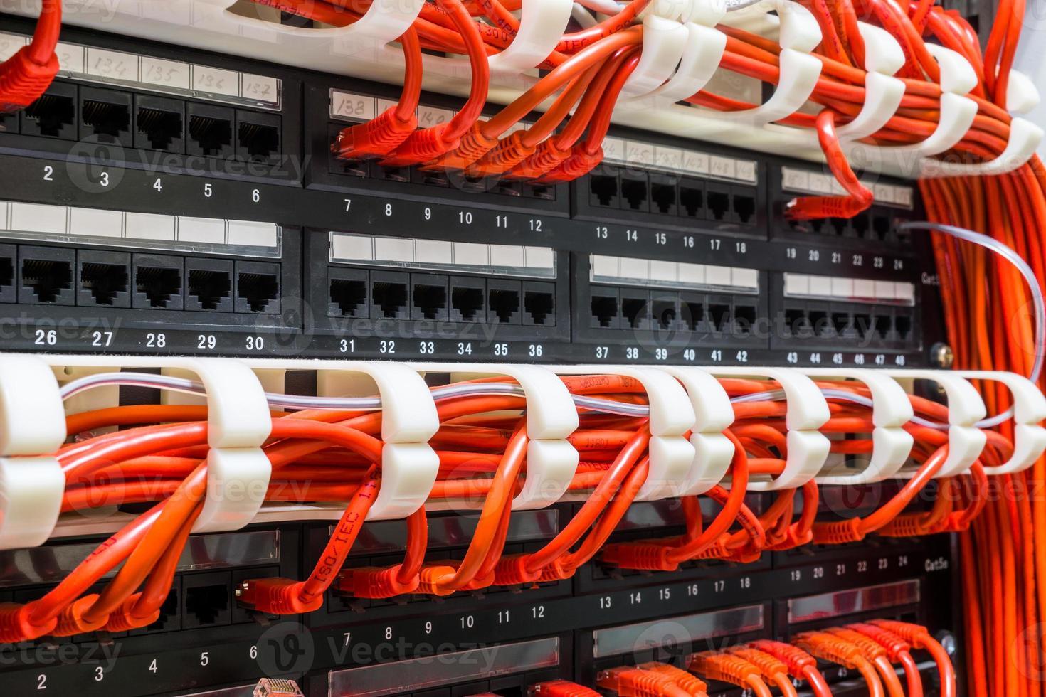 gros plan des câbles réseau rouges connectés au commutateur photo