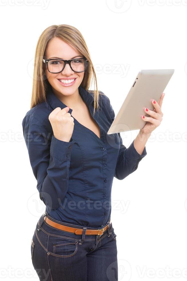 heureuse jeune femme avec des lunettes et une tablette tactile photo