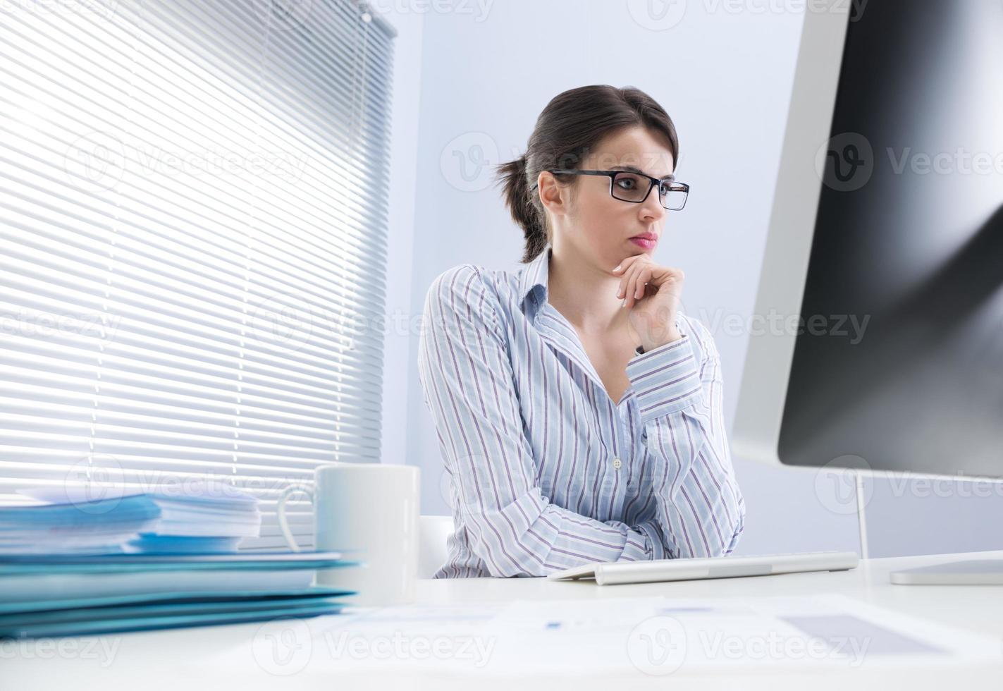 femme d'affaires pensif au bureau photo