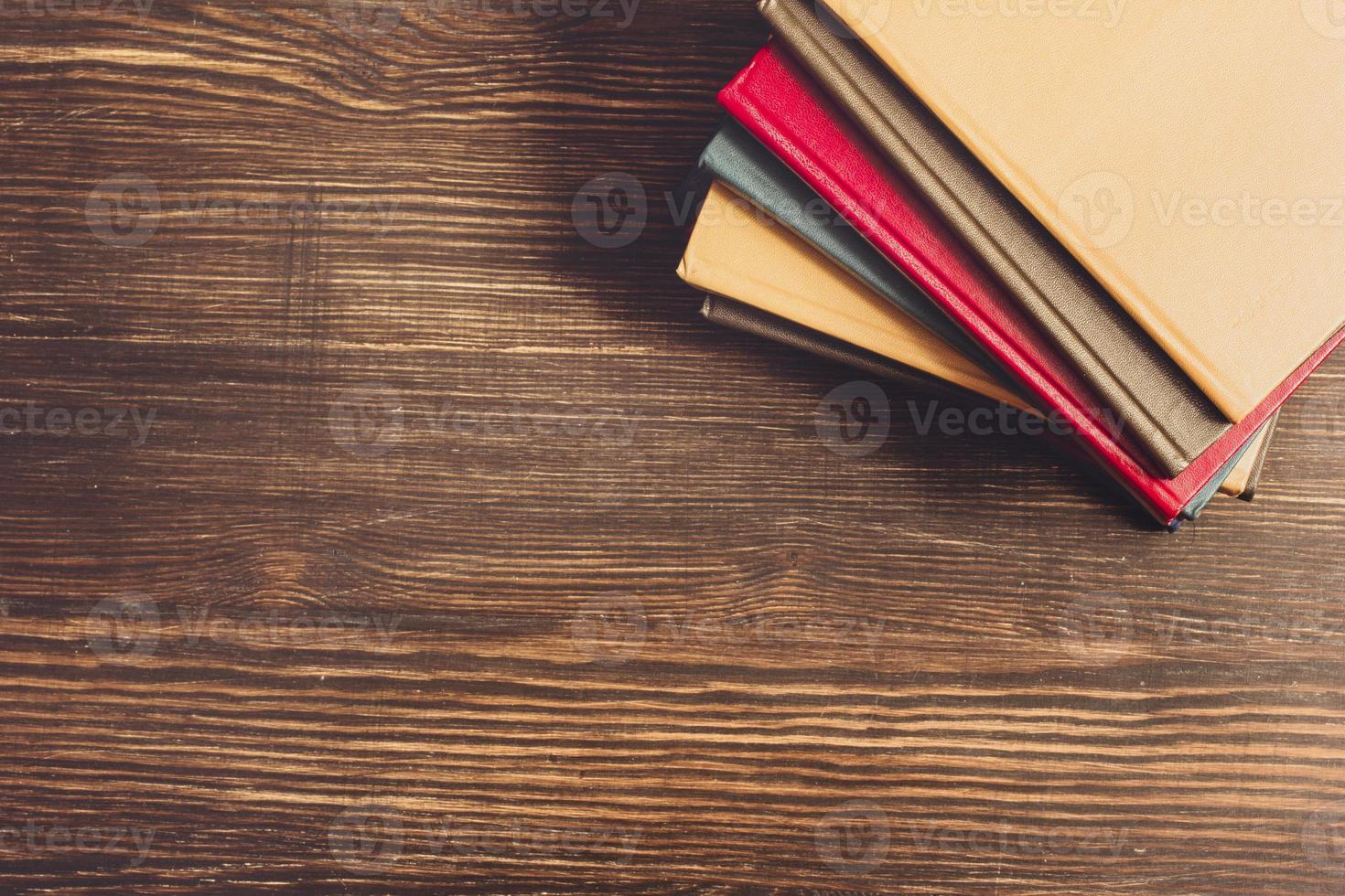 livres sur le bureau en bois. photo