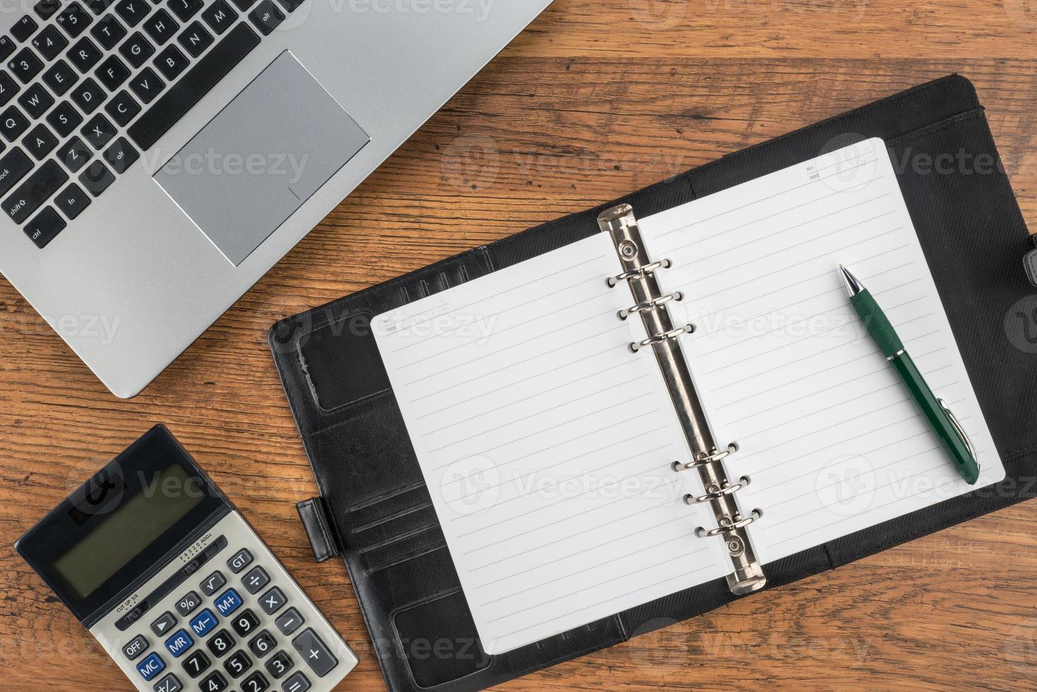 cahier et stylo avec calculatrice sur le bureau photo