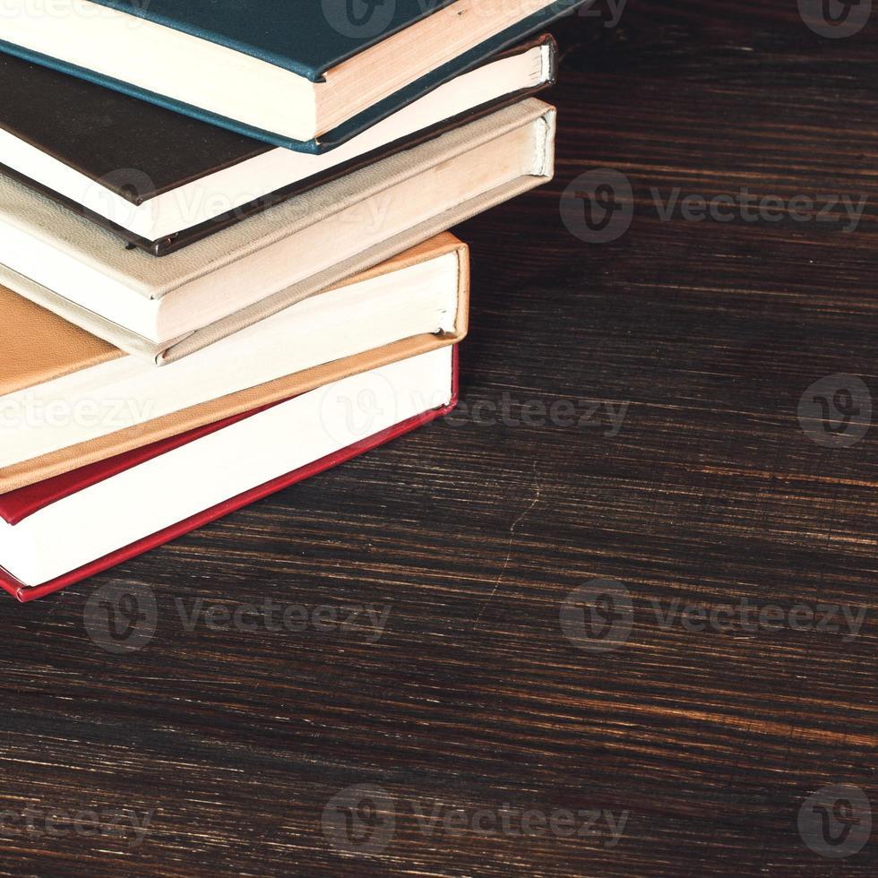 vieux livres sur un bureau en bois. photo