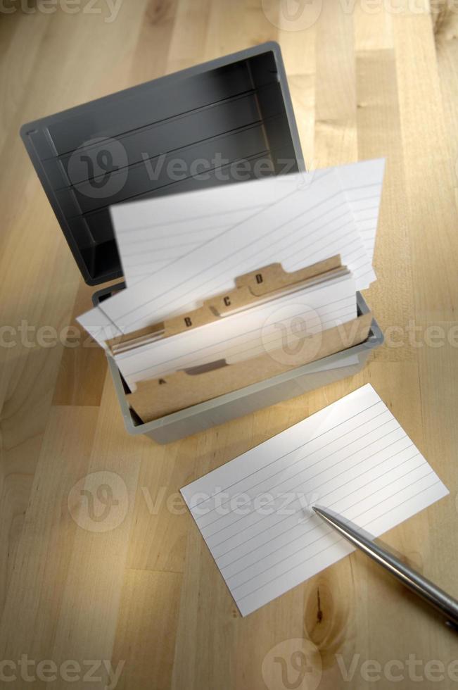 série de cartes de correspondance organisées dans un conteneur. photo