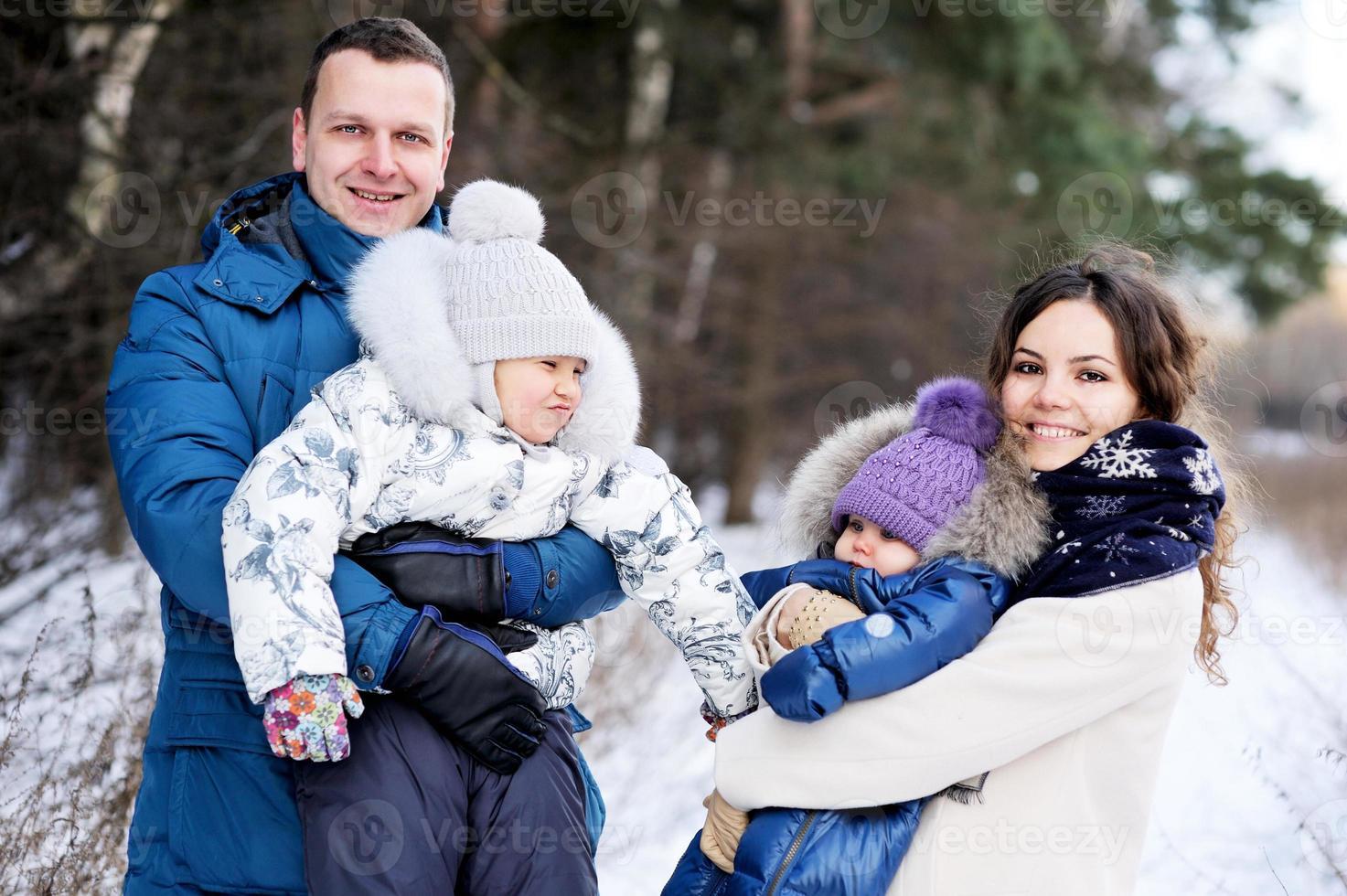 famille heureuse, apprécier une promenade dans le parc d'hiver photo