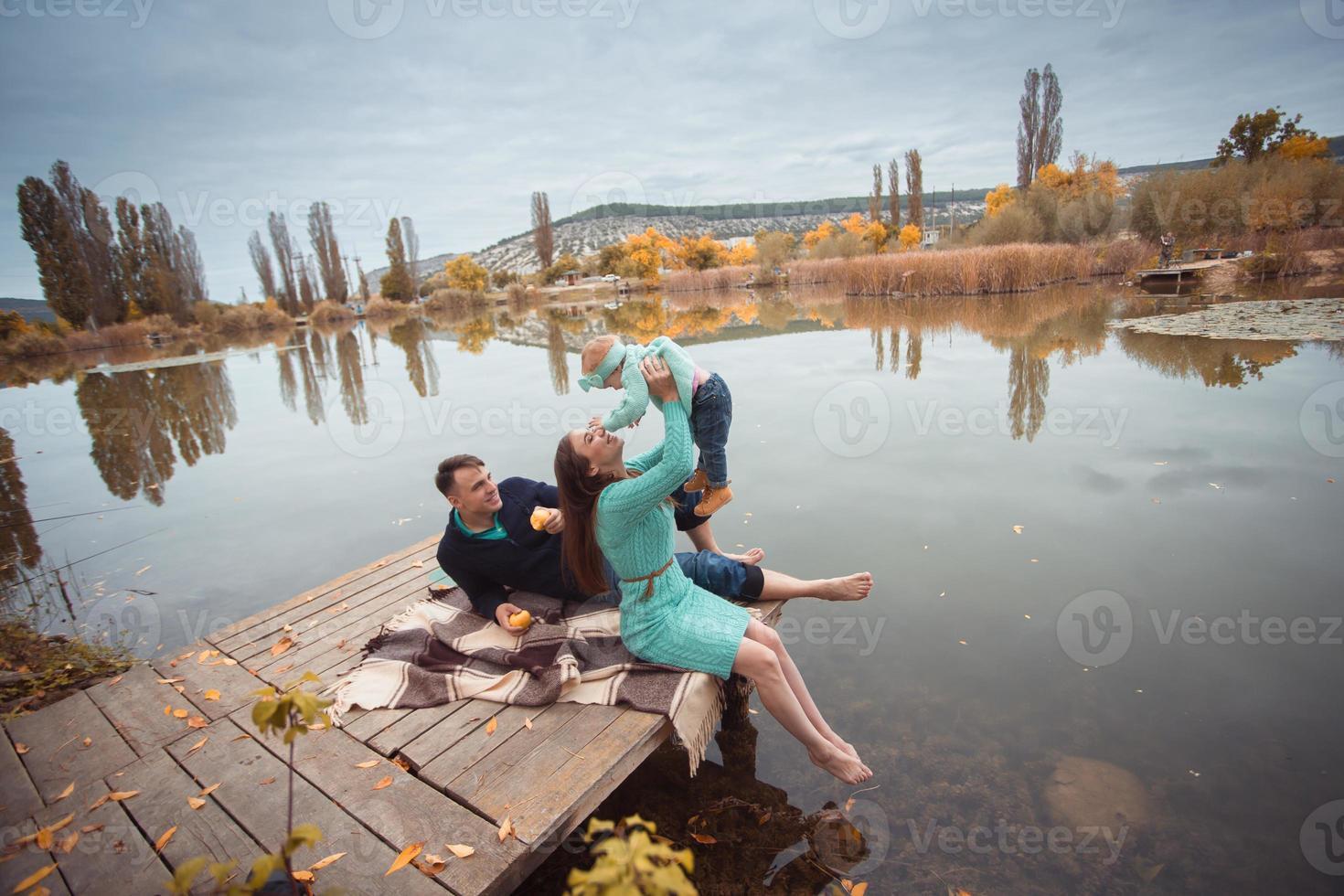 famille reposant sur le lac photo