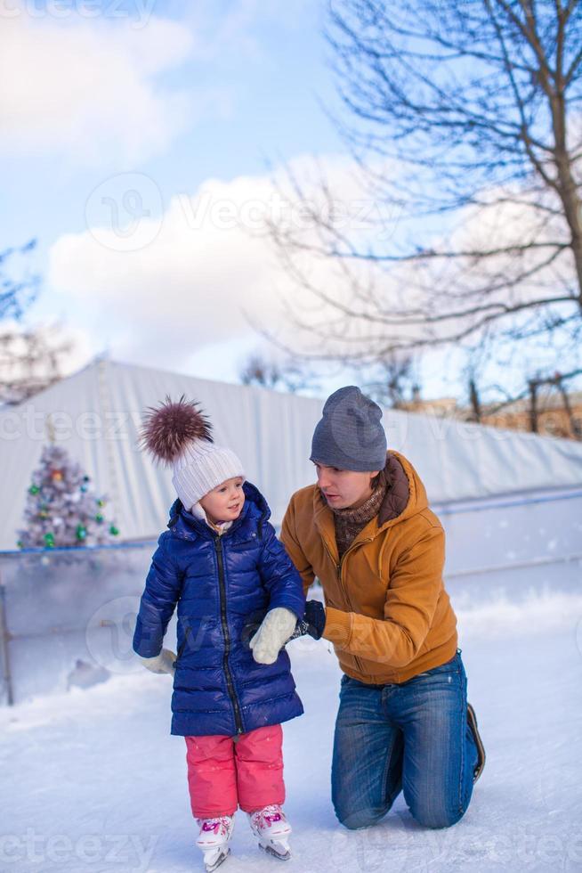 vacances en famille heureuse sur la patinoire photo