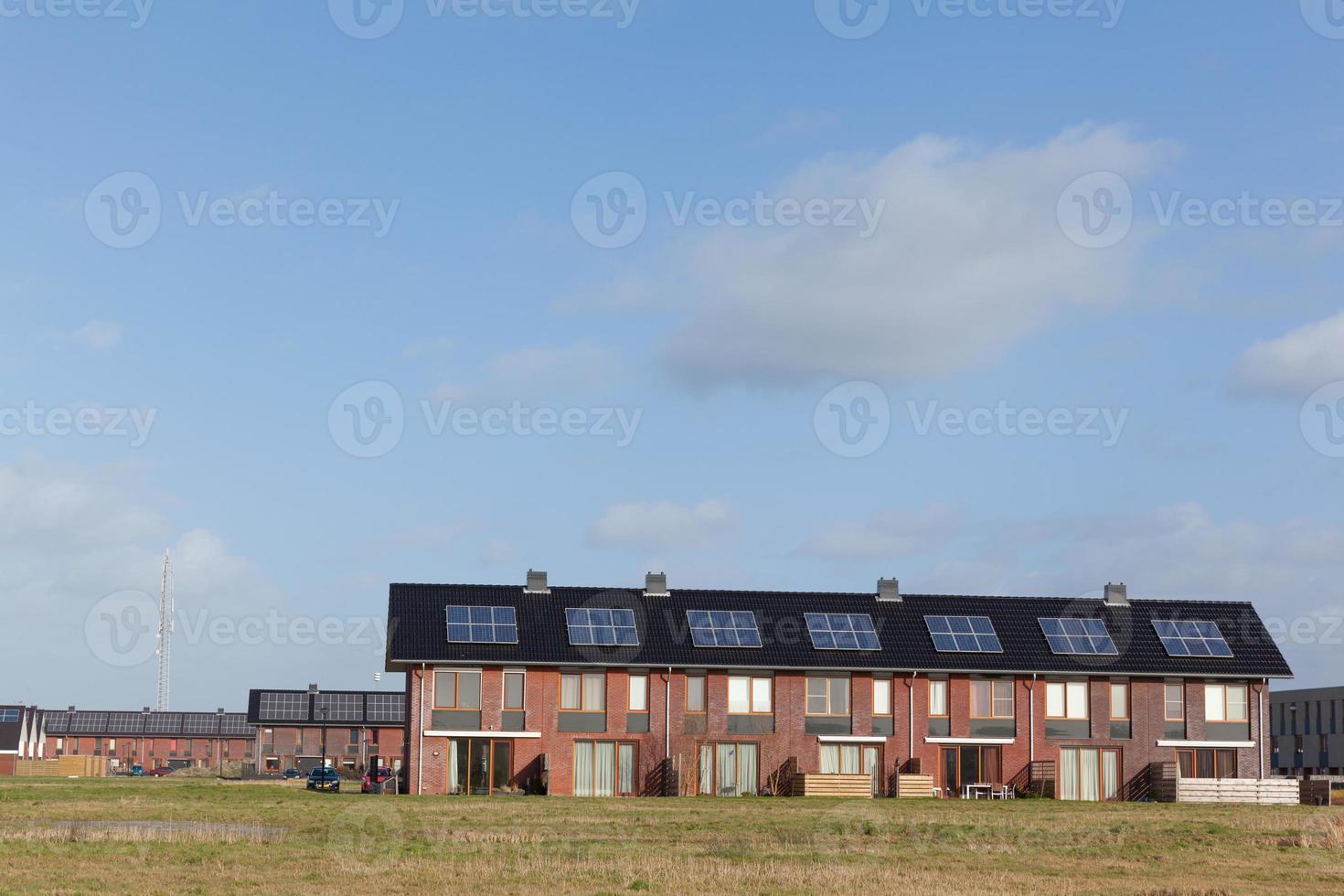 nouvelles maisons familiales avec panneaux solaires sur le toit photo
