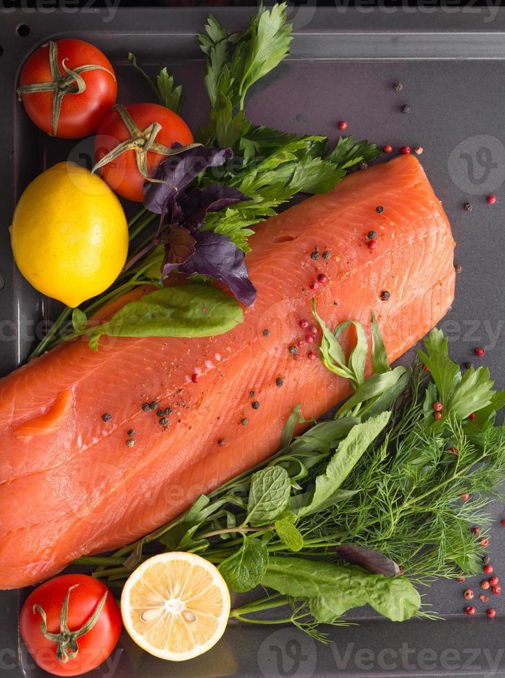 saumon avec assaisonnement sur une poêle photo