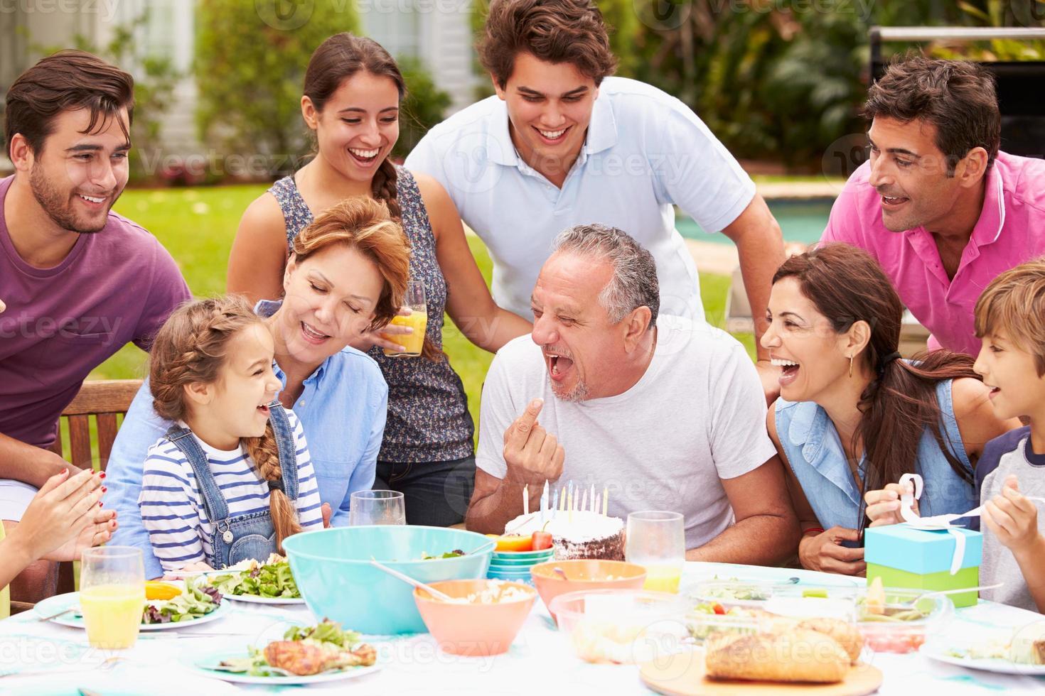 Famille de plusieurs générations fête son anniversaire dans le jardin photo
