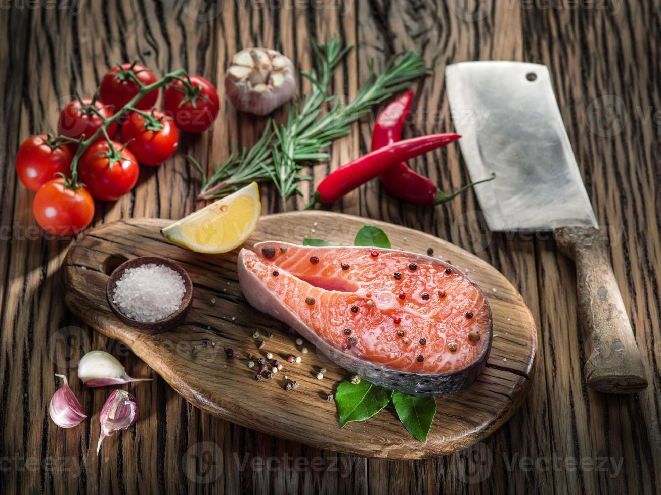 saumon frais sur la planche à découper. photo