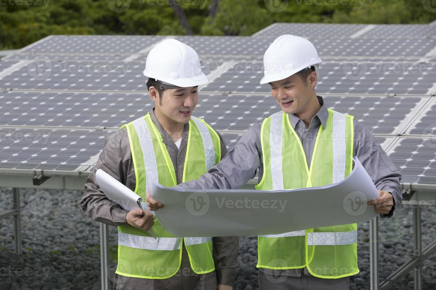 deux ingénieurs de panneaux solaires asiatiques au travail. photo