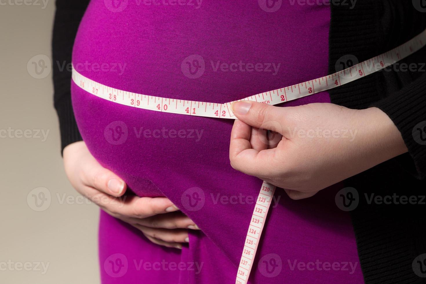 attendant maman mesurer son ventre photo